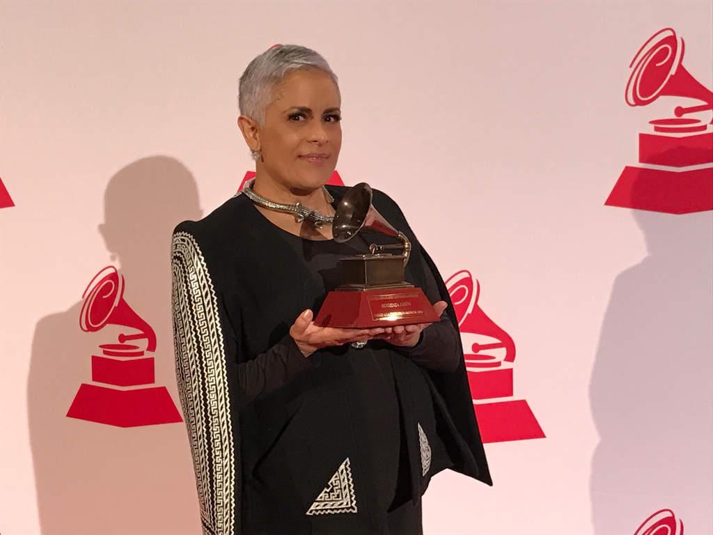 Eugenia León dedica premio a su hijo