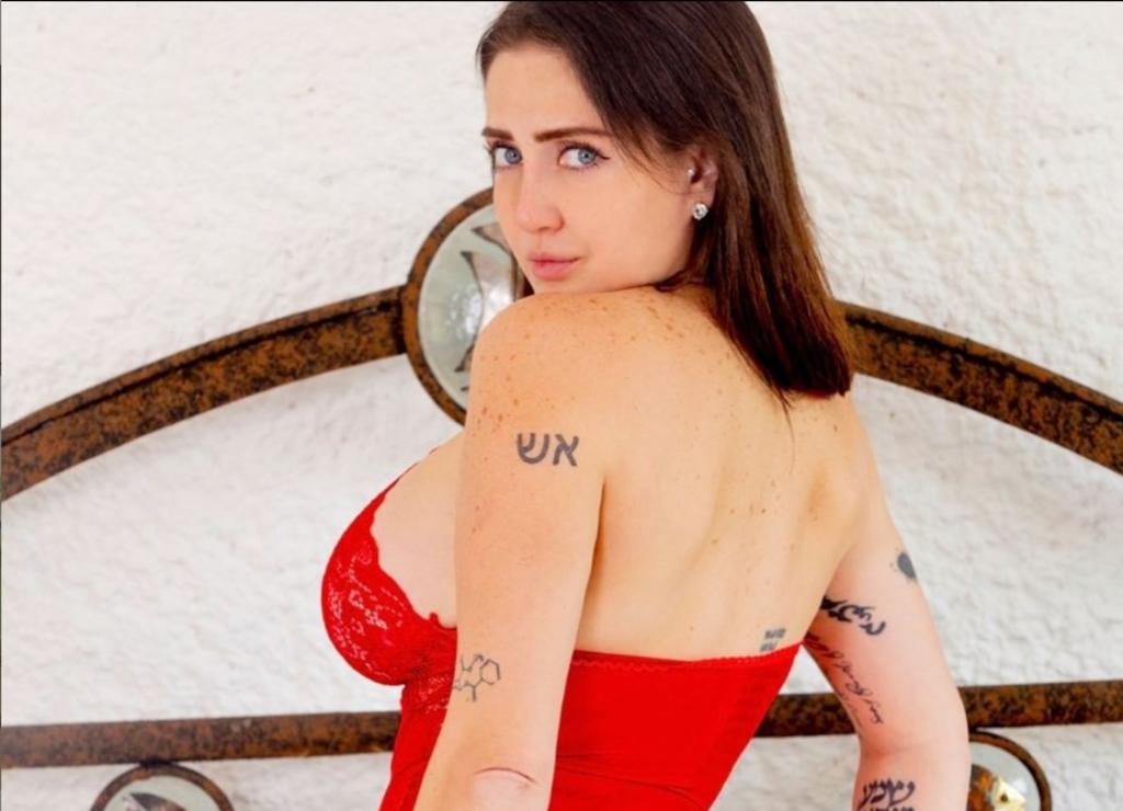 Celia Lora 'enamora' vistiendo atuendo de lencería rosa