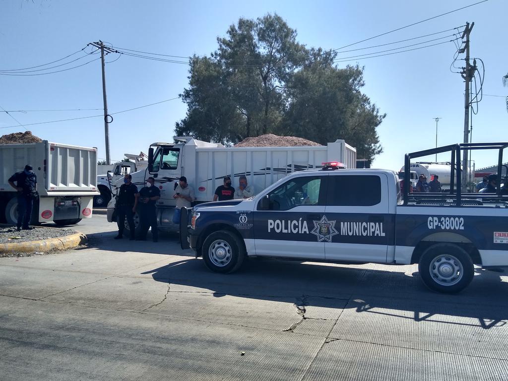 Transportistas bloquean el periférico de Gómez Palacio y la carretera a Chihuahua