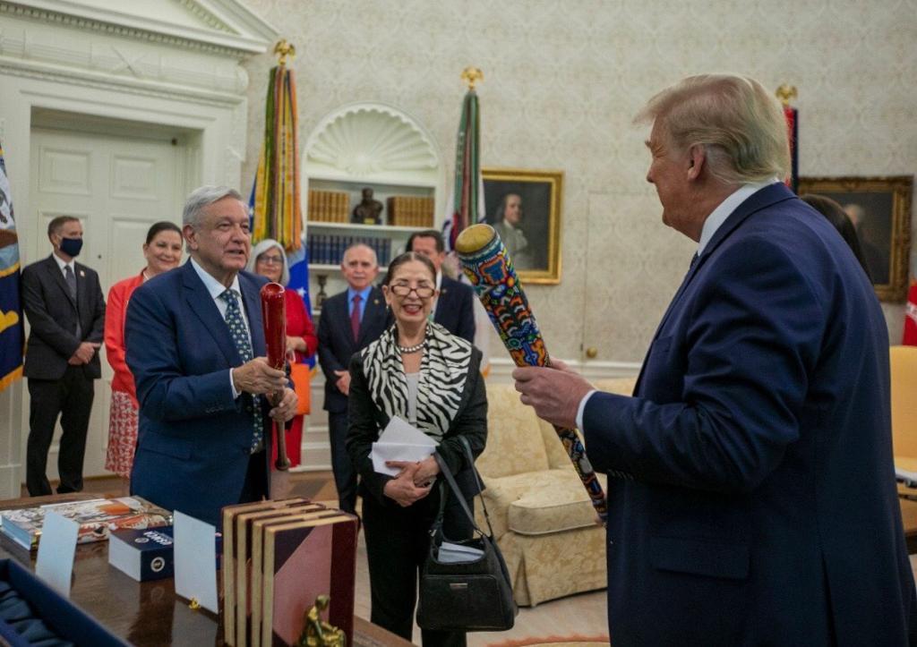 Intercambian López Obrador y Trump bates de béisbol