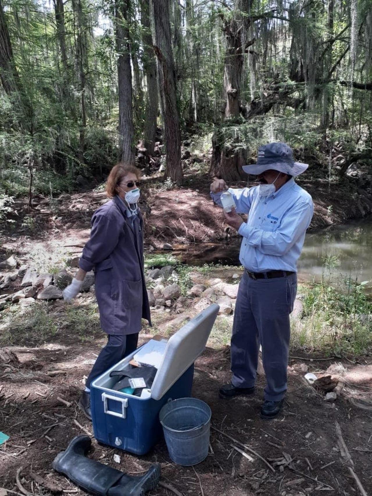 Toman muestras a agua del  río de Nombre de Dios