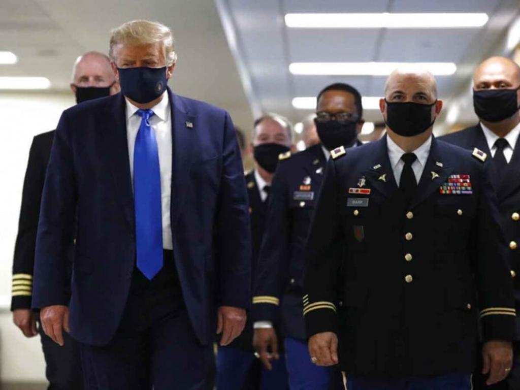 Donald Trump aparece por primera vez en público con cubrebocas