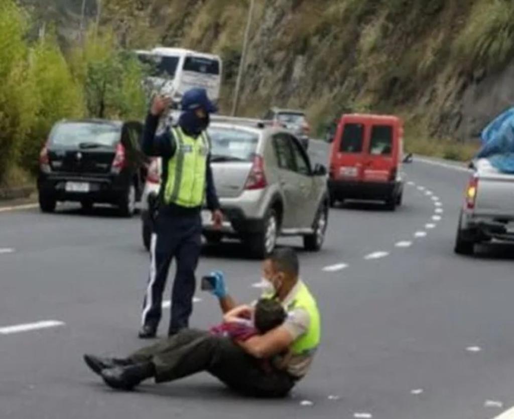 Policía consuela a niño mientras su mamá era atendida tras accidente vial