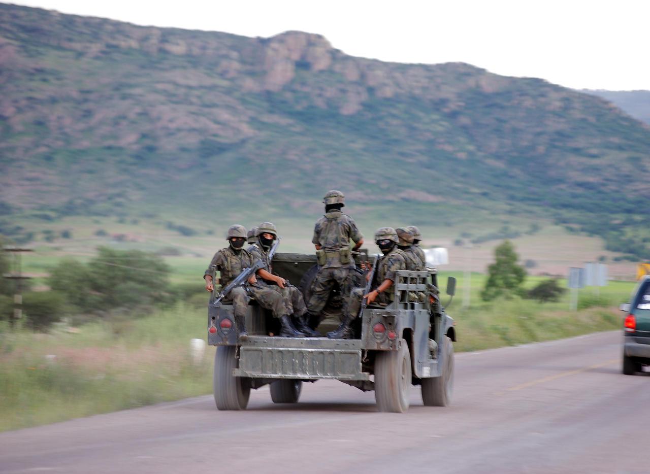 Resulta herido en balacera entre soldados y civiles