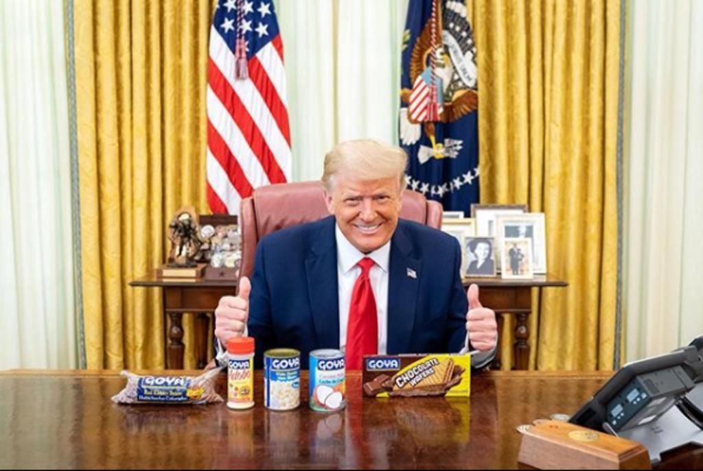 Trump posa con frijoles y otros productos de Goya en medio del 'boicot'