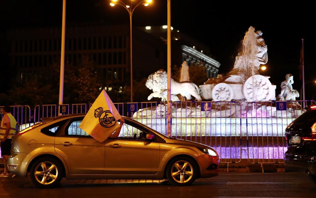 Aficionados del Real Madrid evitan Las Cibeles para festejar campeonato