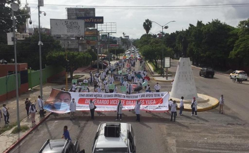 Personal médico marchan en apoyo a doctor detenido por presunto abuso de autoridad
