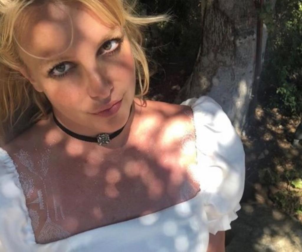 Britney Spears cubre en tatuajes de henna su cuerpo y lo presume en bikini