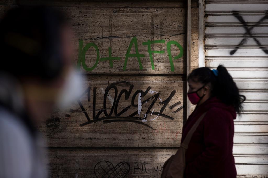 Ante caída de casos, más de un millón de personas salen de cuarentena en Chile