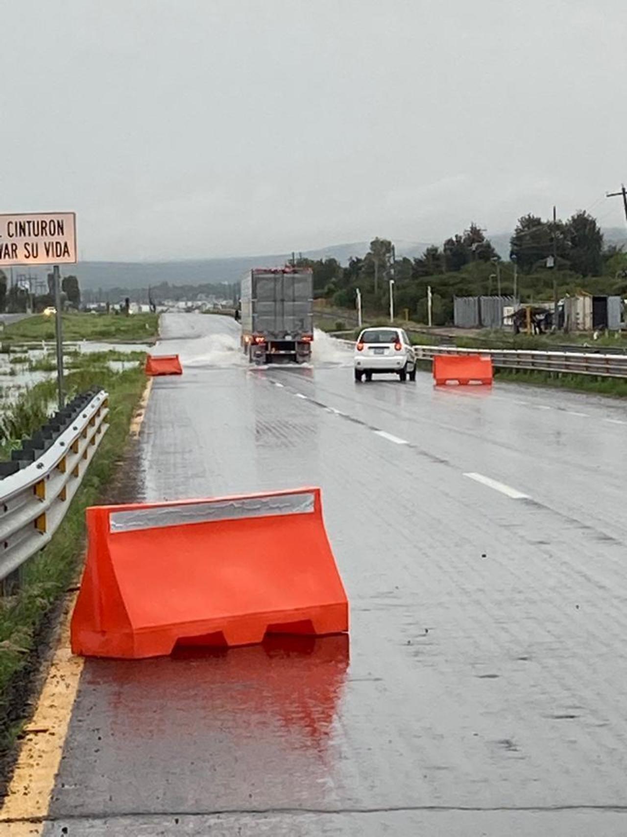 Reportan acumulación de agua en el Libramiento Oriente de Durango