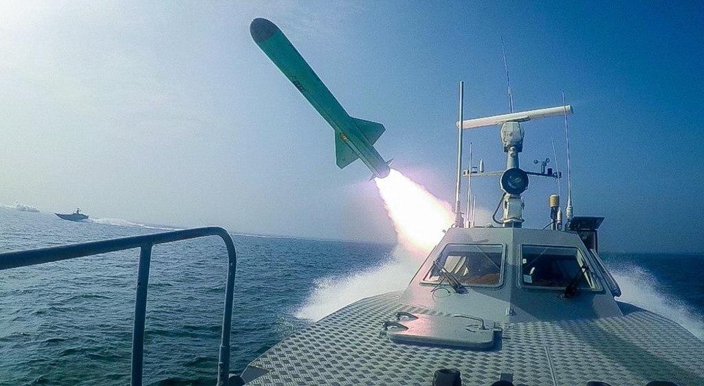 Lanza Irán misiles a portaavión de EUA