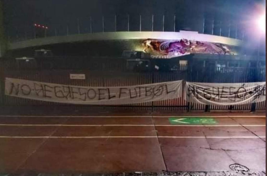 Protestan a las afueras del CU; 'No regresó el futbol, regresó el dinero'