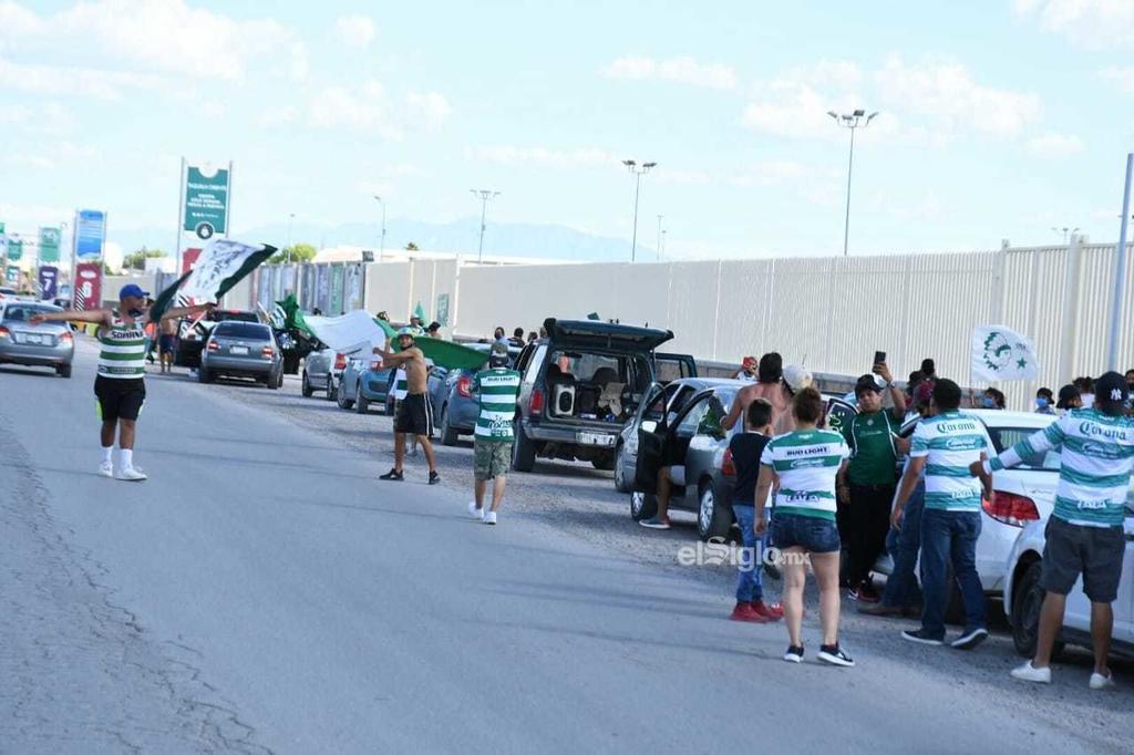 Acompañan a los Guerreros de Santos Laguna con caravana vehicular
