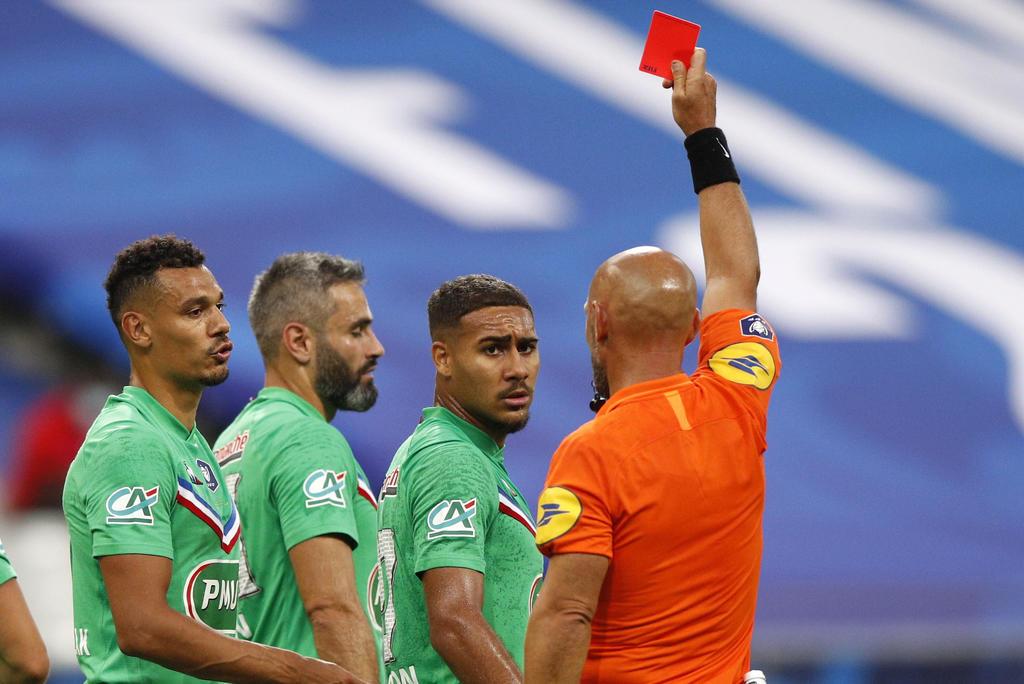Expulsión por toser, la nueva regla del futbol en Inglaterra