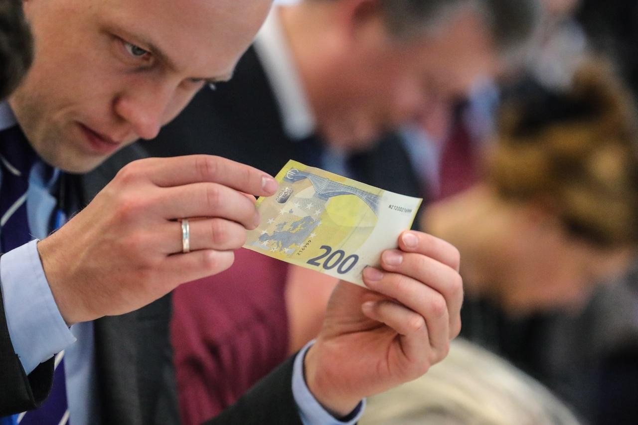 Euro se mantiene en 1.1750 dólares