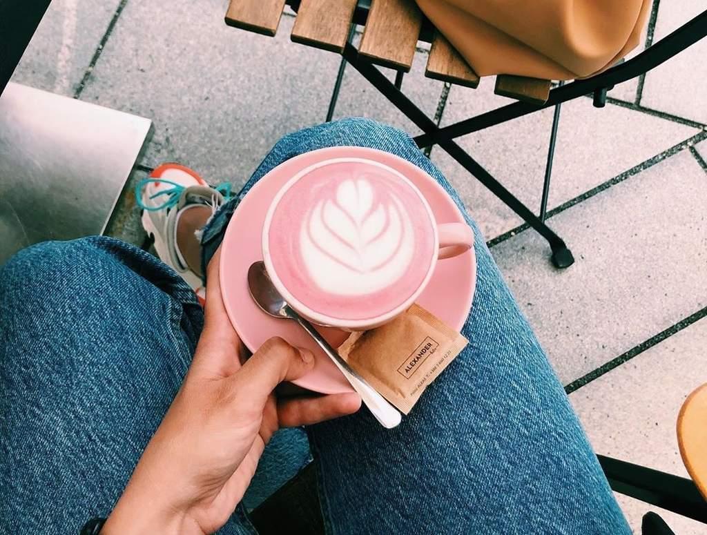 ¿Qué contiene la popular bebida pink latte?