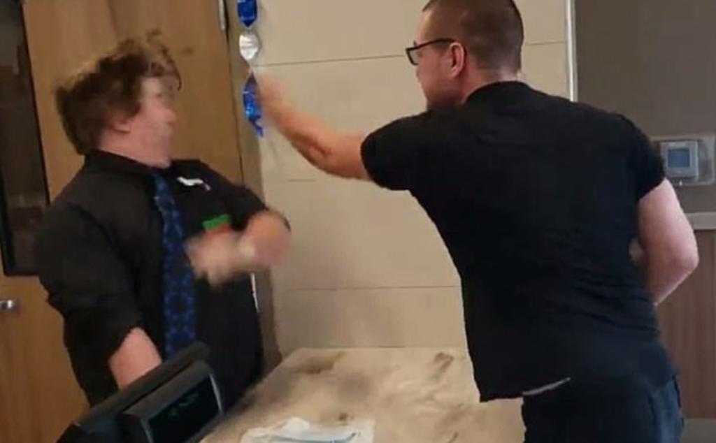 Abofetea a empleado de restaurante porque le sirvieron nuggets 'demasiado picantes'