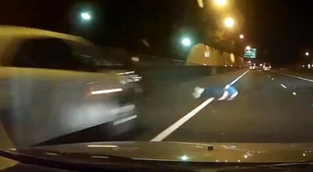 Sujeto rueda sobre una autopista y por poco es atropellado