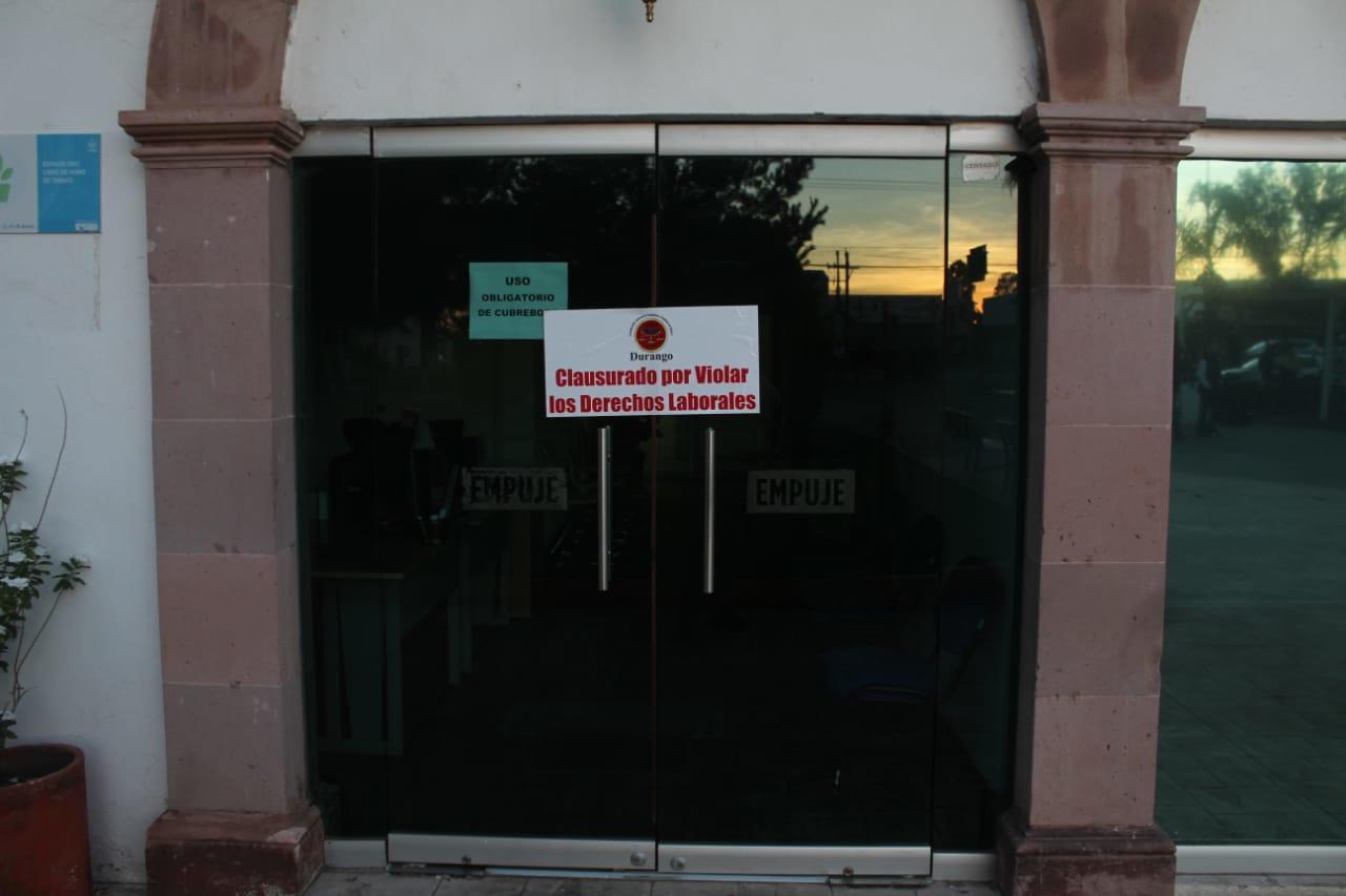 Hacen clausura 'simbólica' de oficinas municipales