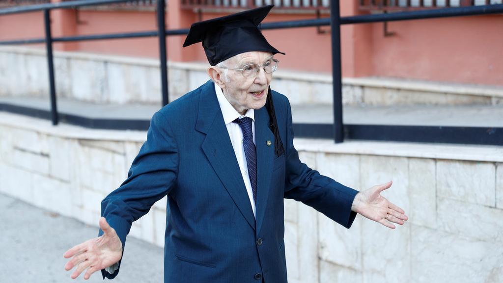 Anciano de 96 años cumple su sueño de graduarse de la universidad