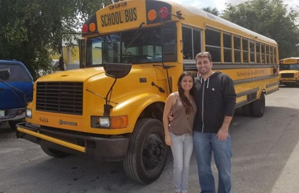 Pareja compra viejo autobús escolar y lo transforma en su casa rodante