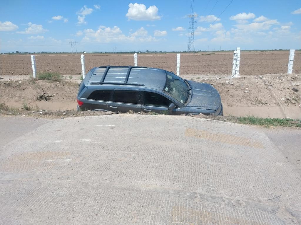 Pierde el control del volante y termina sobre canal en Gómez Palacio
