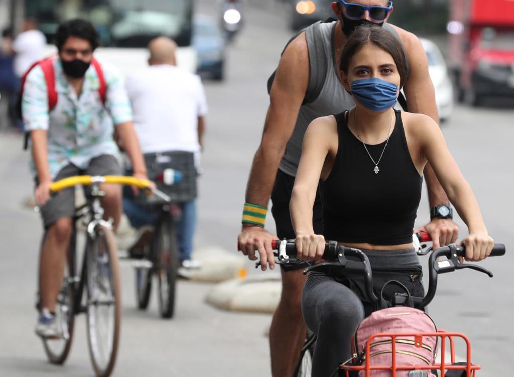 Pobladores de la CDMX pasean en el Centro Histórico a pesar de permanecer en semáforo naranja