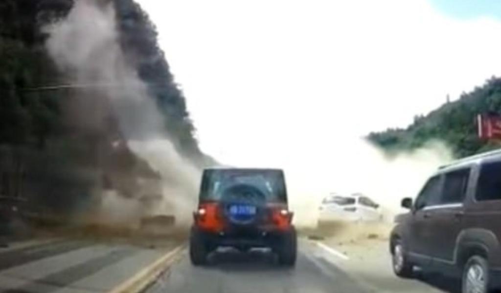Rocas colapsan sobre una carretera y se impactan en contra de varios autos