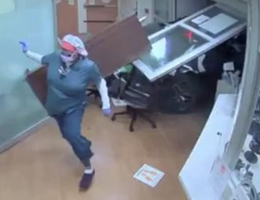 Anciana pierde el control de su camioneta y se estrella en un hospital