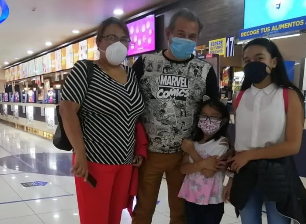 Familia retoma su 'tradición' de ir al cine en la pandemia