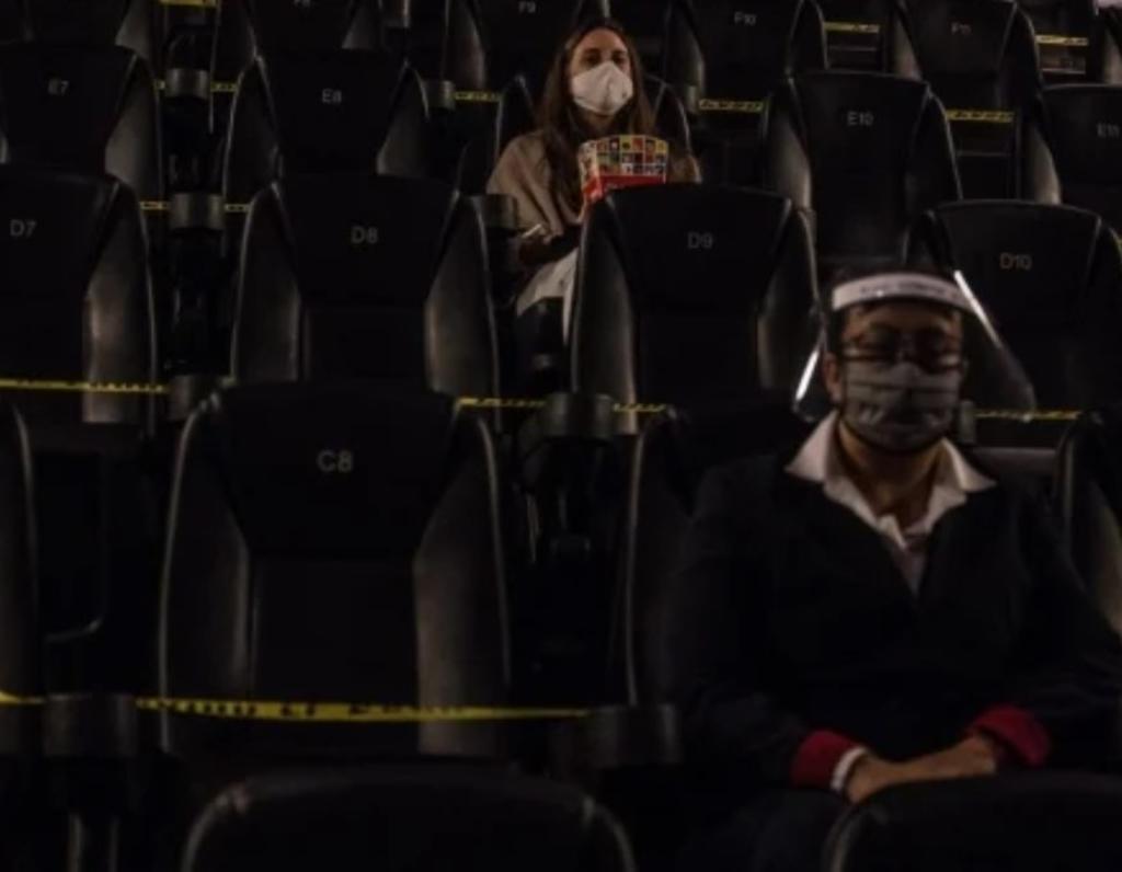 Pareja vence el miedo al coronavirus y regresa al cine