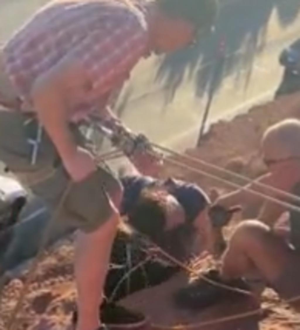 Escaladora queda colgada en un acantilado porque su cabello se enredó en sus cuerdas