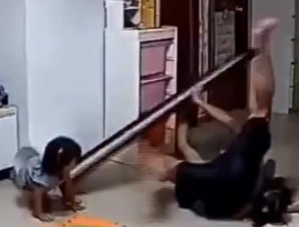 Padre salva a su hija de que le caiga encima un espejo
