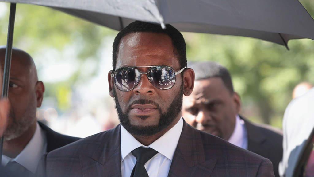 Acusan a representante de R. Kelly por amenazar con disparar a cine