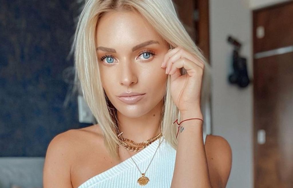 Irina Baeva deja tatuaje al descubierto con bikini de animal print