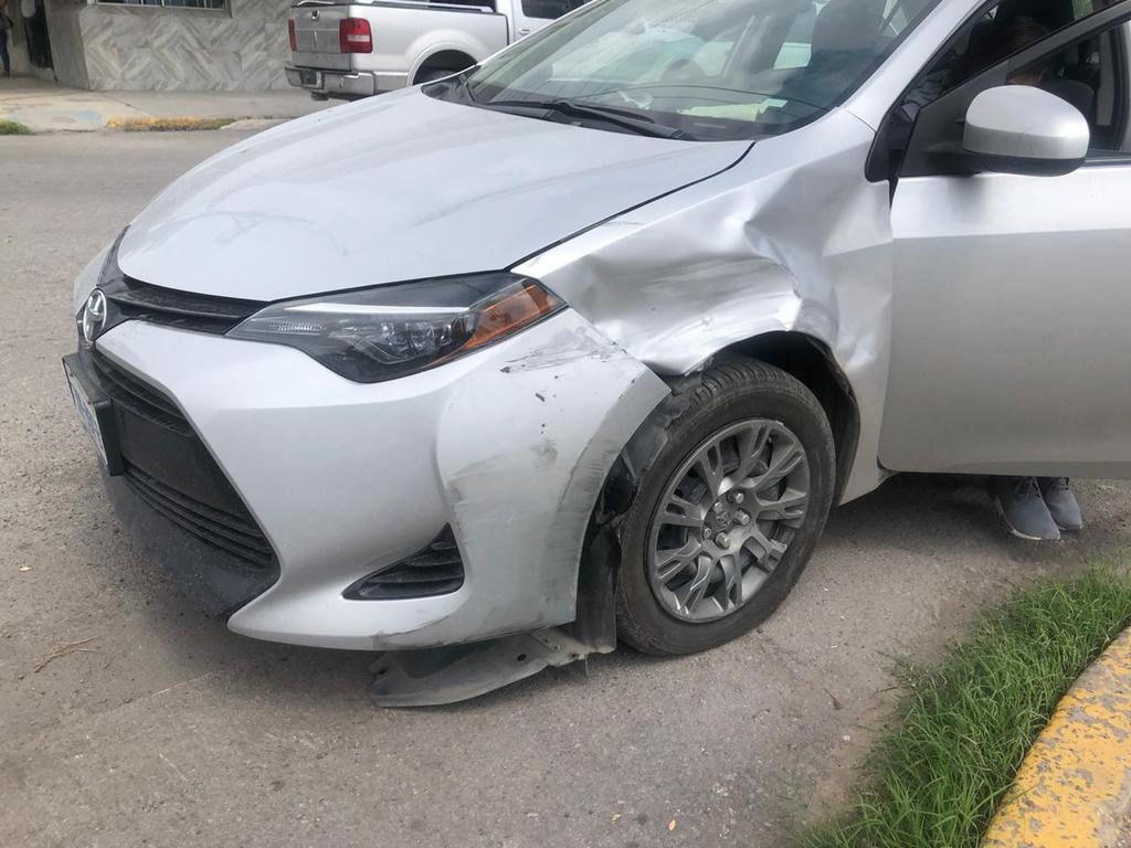 Conductora provoca daños a dos autos estacionados en Gómez Palacio