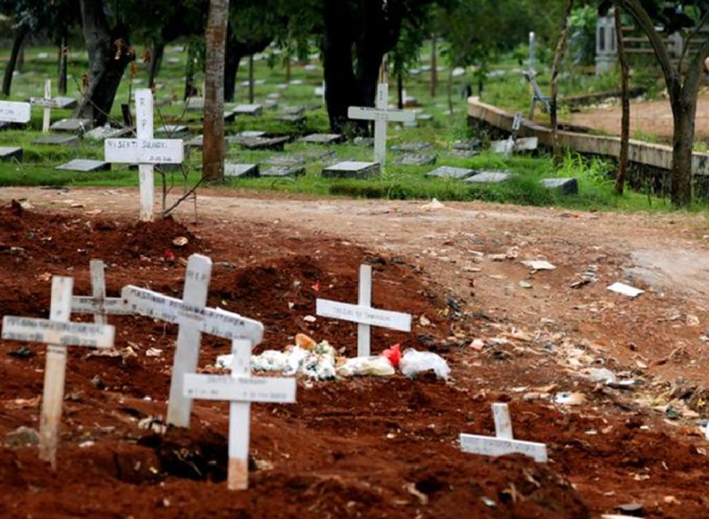 Quienes no quieren usar cubrebocas son castigados a cavar tumbas y rezar