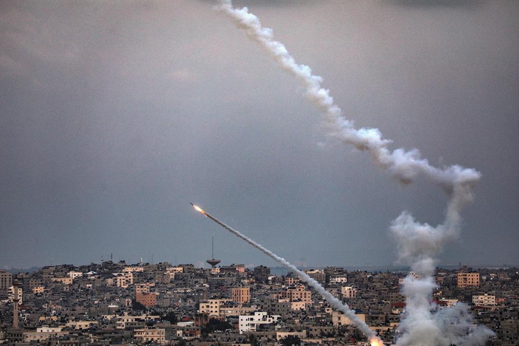 Milicianos de Gaza lanzan cohetes a Israel durante firma de pacto
