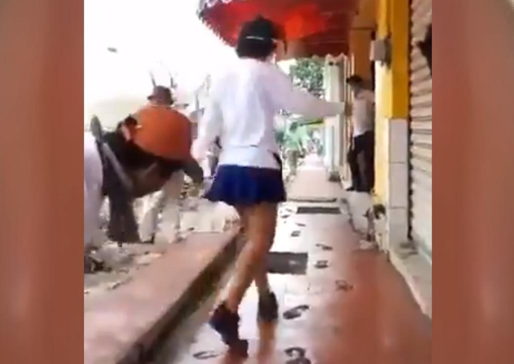 Denuncian a 'Lady Banqueta' tras arruinar obra en Tabasco