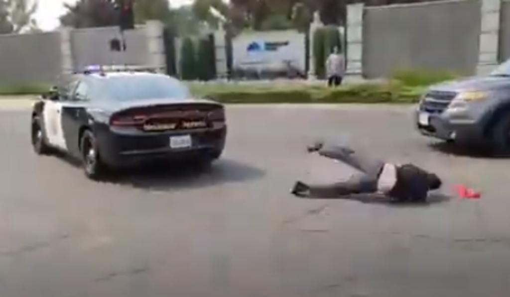 Hombre es arrojado desde una patrulla en movimiento durante una protesta