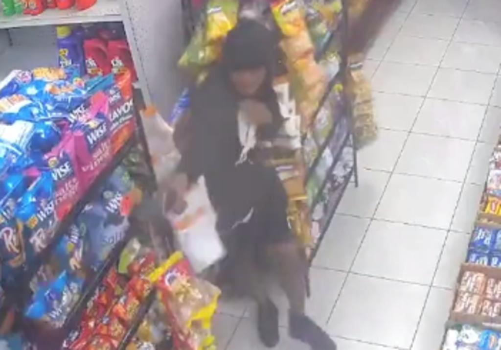 Hombre encapuchado desata una balacera dentro de una tienda en Nueva York