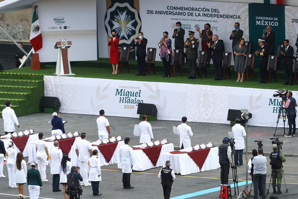 AMLO entrega presea 'Miguel Hidalgo' a profesionales de la Salud