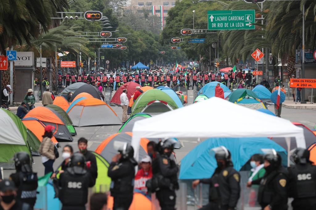 Grupo anti-AMLO instala plantón en avenida Juárez