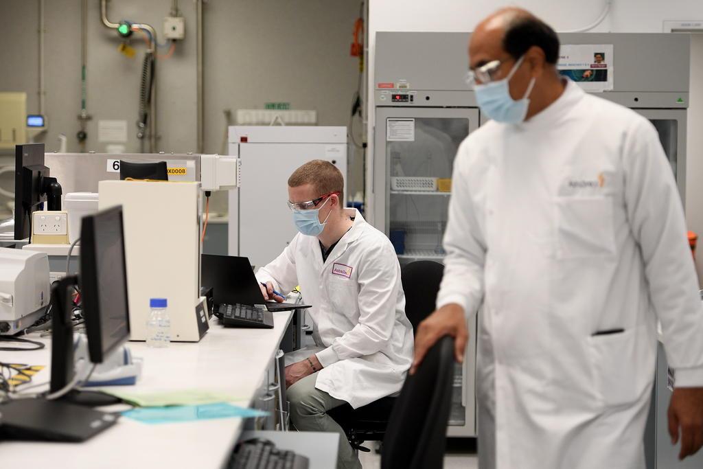 Segundo voluntario a vacuna COVID de AstraZeneca presenta 'síntomas inexplicables'
