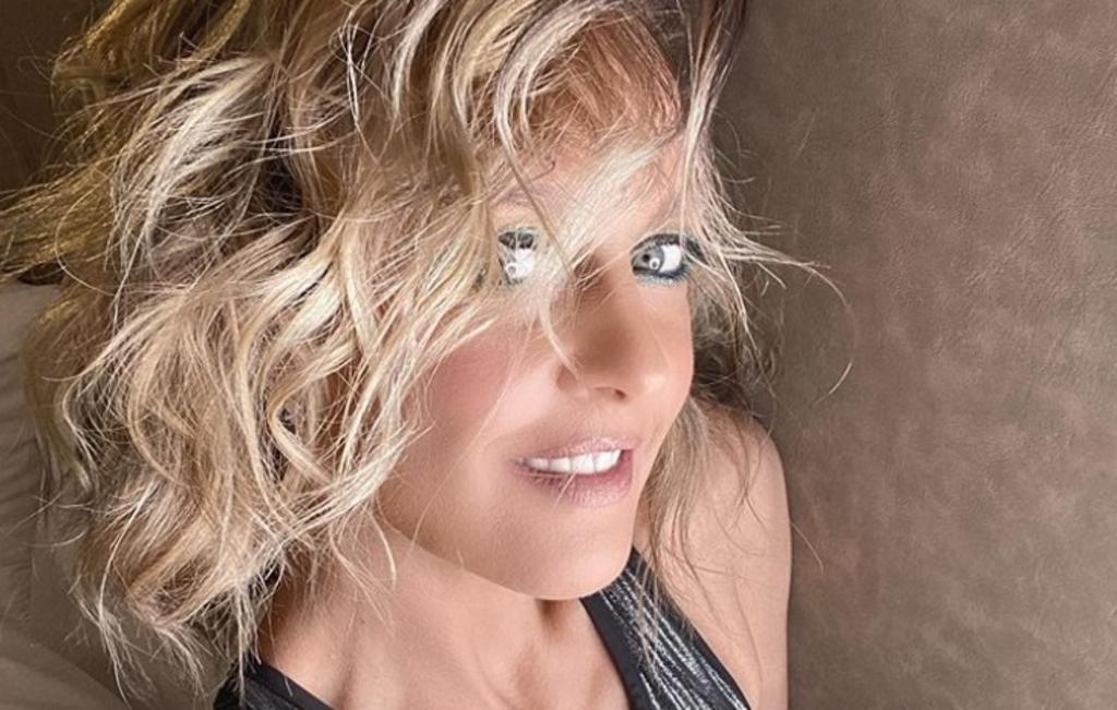 Fey anuncia estreno de nueva canción luciendo mallas transparentes
