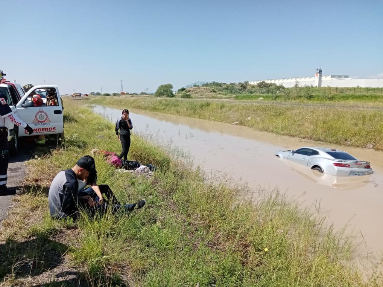 Auto cae a 'laguna' que se hace al lado de la carretera a Torreón