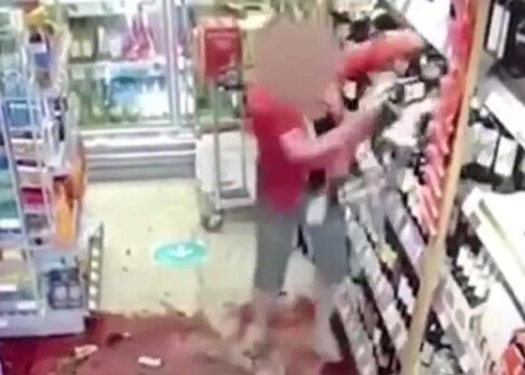 Clienta enfurece y rompe estantes de vino en una tienda