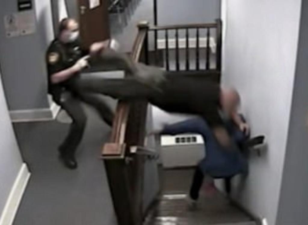 Policía termina con 4 costillas rotas tras saltar sobre unas escaleras para atrapar a un hombre