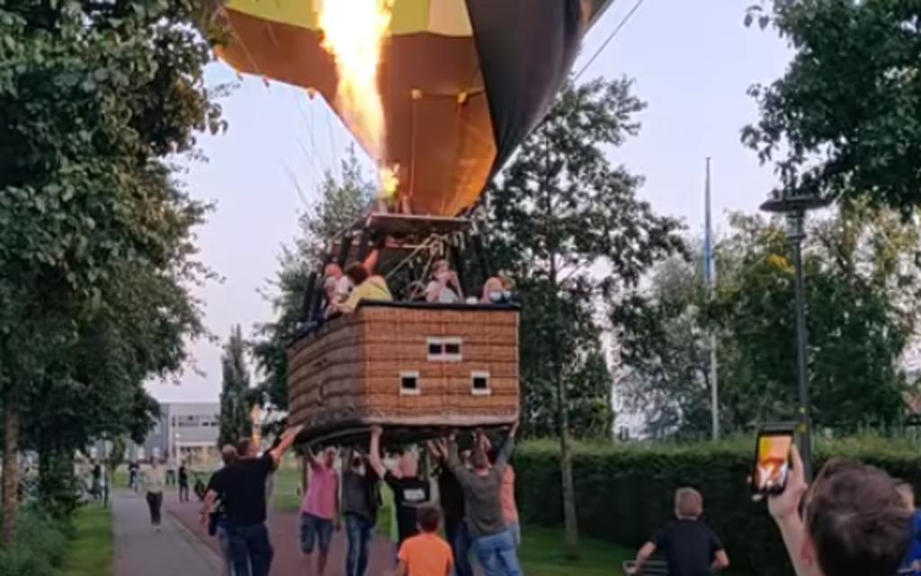Personas unen fuerzas e impiden que un globo aerostático aterrice sobre una ciclovía
