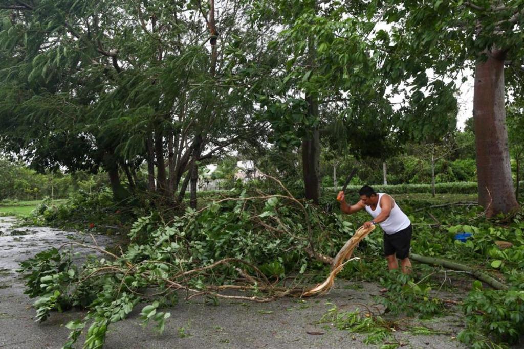 Pobladores de Quintana Roo limpian calles y reportan pérdidas materiales tras 'Delta'